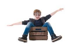 飞行木箱子的年轻男孩飞行员 库存图片