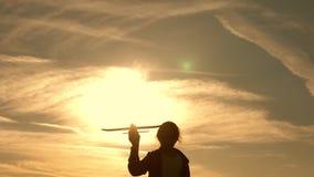 飞行梦想  太阳背景的孩子与飞机的在手中 使用在飞机上的孩子剪影  影视素材