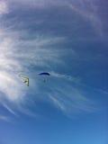 飞行横跨天空 免版税库存照片