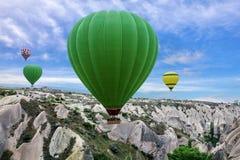 飞行气球,卡帕多细亚,土耳其 冷goreme冬天 免版税库存照片
