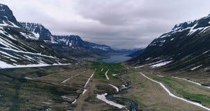 飞行沿海湾的末端在冰岛 股票视频