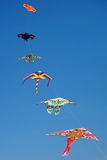 飞行清楚的蓝天的风筝风筝 免版税图库摄影