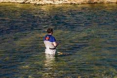 飞行渔夫喜欢钓鱼为在罗阿诺克河,弗吉尼亚,美国的虹鳟 库存图片
