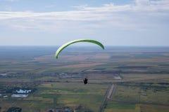 飞行滑翔伞 免版税库存照片