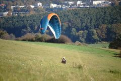 飞行滑翔伞 库存图片