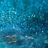 飞行物或网横幅与两只婚姻的金戒指 免版税图库摄影