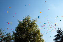 飞行的五颜六色的气球 库存照片