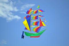 飞行的五颜六色的船风筝 免版税库存照片