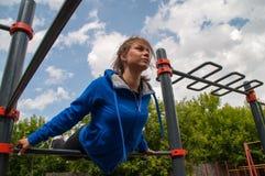 飞行的坚强的女孩 免版税图库摄影
