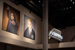 飞行的字符汽车福特Anglia和海报从哈利波特电影的在演播室入口休息室  免版税库存照片
