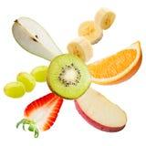 飞行的新鲜水果。 库存照片