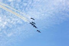 飞行的显示和Al Fursan阿拉伯联合酋长国的特技展示显示t 库存照片