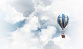 飞行的热空气气球在天空中 库存照片