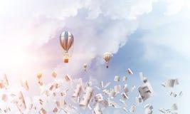 飞行的热空气气球在天空中 免版税图库摄影