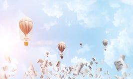 飞行的热空气气球在天空中 免版税库存照片