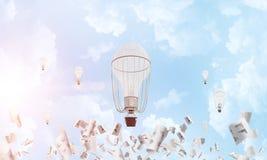 飞行的热空气气球在天空中 库存图片