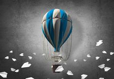 飞行的热空气气球在屋子里 图库摄影
