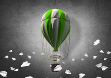 飞行的热空气气球在屋子里 免版税库存图片