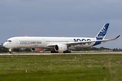飞行的第一空中客车A350-1000 免版税库存图片