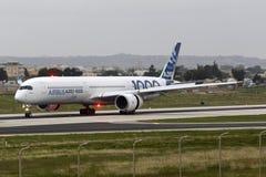飞行的第一空中客车A350-1000 库存照片
