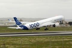 飞行的第一空中客车A350-1000 图库摄影
