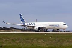 飞行的第一空中客车A350-1000 库存图片