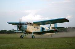 飞行的老平面样式  图库摄影