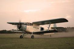 飞行的老平面样式  库存图片