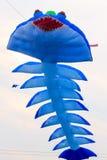 飞行的蓝色风筝 免版税库存照片