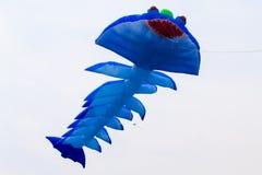飞行的蓝色风筝 库存图片