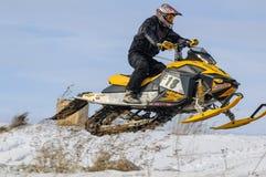 飞行的雪上电车运动员 免版税库存照片