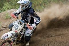 飞行的高摩托车越野赛摩托车种族 免版税库存照片