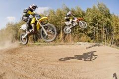 飞行的高摩托车越野赛摩托车种族 库存照片