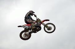 飞行的高摩托车越野赛摩托车竟赛者 库存照片