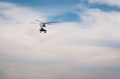 飞行的直升机  免版税库存图片