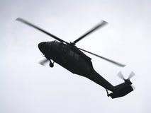 飞行直升机军人 库存图片