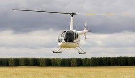 飞行直升机 免版税库存照片