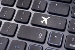 飞行票网上售票,与在键盘的平面标志 库存照片