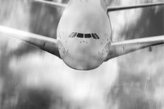 飞行空中在黑白的飞机速度迷离 免版税库存图片