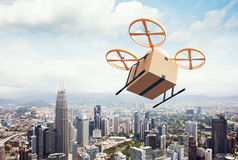 飞行空的工艺箱子的图象黄色普通设计现代遥控空气寄生虫在都市表面下 蓝色覆盖天空 免版税库存图片