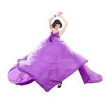 飞行紫色丝织物的优美的女孩 库存照片