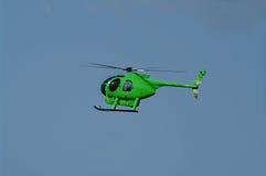 飞行绿色直升机 免版税库存照片
