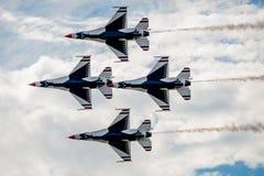 飞行美国空军的雷鸟在头顶上 库存照片