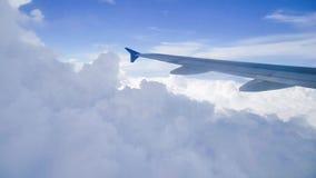 飞行航空器飞机翼继续前进美丽多云和天空的 股票视频