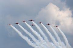 飞行英国宇宙空间鹰T的英国皇家空军皇家空军红色箭头形成特技显示队 1架喷气机教练机 库存照片