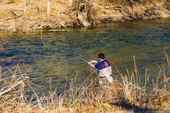 飞行虹鳟的渔夫铸件在罗阿诺克河,弗吉尼亚,美国 免版税图库摄影