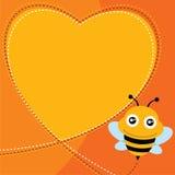 飞行蜂和心脏形状。 免版税图库摄影