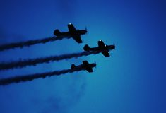 飞行表演飞机在晚上 免版税库存照片