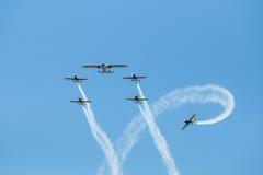 飞行表演飞行形成-在天空的踪影 免版税图库摄影