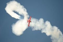飞行表演-杂技飞机 免版税库存照片